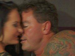 Femme brune corsé chaudes Alektra Blue suce et baise
