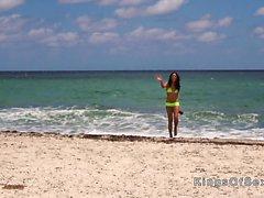 Hot Latina in gelbem Bikini