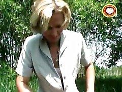 Rijpe blonde slet pist buiten en scheert haar harige kut
