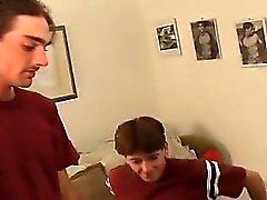 Kiefer a c'est dans le bâti se détendre , regardant certain porn et le