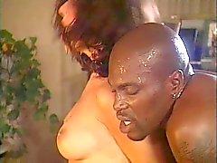 Grossa nero stud ottiene il suo cazzo succhiare dalla due ragazze bianchi calde