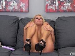 Дикий блондин в высокие каблуки Алия Любовь трахает себя с пурпурной игрушки