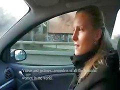 Stygg blondin newbie tar kontanter för sugande och jävla i bilen
