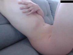 Georgia Jones leckt mit den Fingern nach dem Wichsen