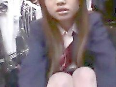 Deliciosa estudante asiática revela seu lado travesso em um p