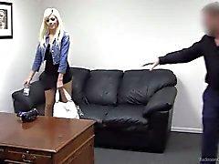 Novice blonds de Bethany se interrogés