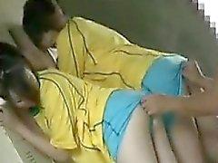 Cara Sorte tem duas ravishing meninas trabalhando suas bocas em h