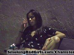 Genç dışarıda sigara içiyor ile kedi yanıp söner