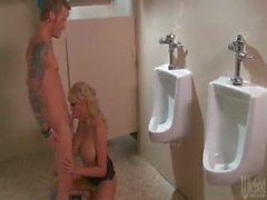 Бурное Daniels Возвращает Очень грязная в ванной