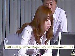 Akiho Yoshizawas chinesische Mädchen bekommt am Arbeitsplatz misshandelt