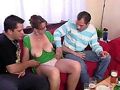Heiß 3some mit alten Küken nachdem paar Bieren