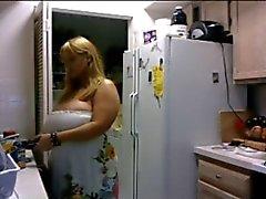 BBW knipperende grote borsten voor mij in haar keuken (geen geluid )