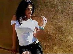 Denise Milani a dans l'écharpe sexy de - de non nus