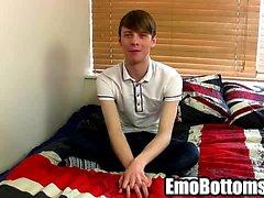 Emo Twink James in Radford Schlepper auf seinen Schwanz im Bett