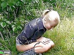 Garota loira jovem amador suga ar livre boner enormes