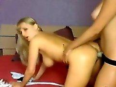 Busty lesbiennes très sexy se baisent avec lanière à