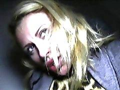 Blondinebaby sucking cock im Freien