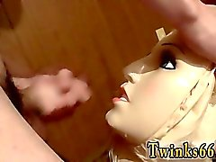Emo- Homosexuell jugendlich Paare school eine Puppe Pisse