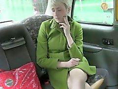 Amateur heiße Braut mit falschen Treiber dem Rücksitz fickte