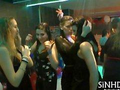 Strippers Muscoloso innescano una squadra orgy bisexual