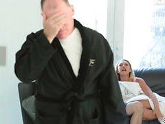 Kagney Linn Karter seduce a su hijastro