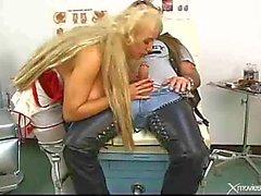 Tatuerade Rocker Bangs sjuksköterska med jätte Tits
