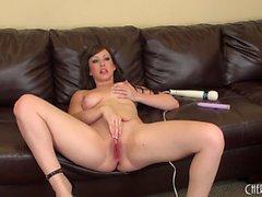 Sultry Jennifer White espalha suas pernas longas sexy e faz-se cum