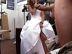 Noiva a ser peões de o vestido de noiva e pregou pelo homem de penhor