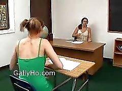Lesbienne enseignant encule Elève en classe