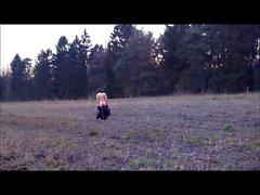 Em pé nua no campo