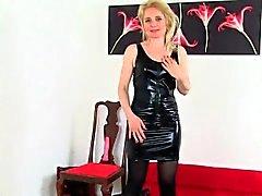İngiliz milfs Molly Diana giysilerini kapatma kaldýrmak