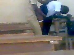 Tiener Afrikaanse studenten neuken doggstyle in de klas