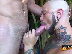 Pierced homo raaka perseestä