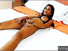 Huge titted tätowiert Tranny Minty wichst ihren Schwanz