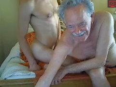 abuelo con más jóvenes