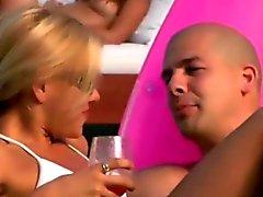 Partido os amadores obtendo Kinky uma festa na praia
