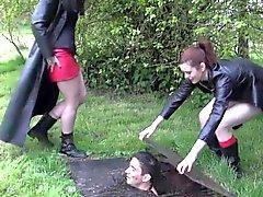 Cadelas de BDSM góticas obter botas lambia limpa