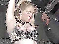 Sarışın bir ikincil Carly Raes dalgalı oral seks ve bağlı