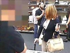 Mujer de negocios zorro follado por al hombre peón de después de hacer un trato