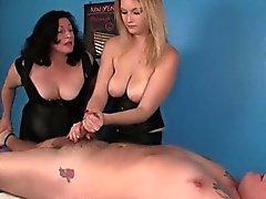 Duo de la masajista Chicas en acción de BDSM a fatman