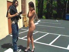 Gf posando nu em público em frpmt de todos