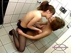 Duş yılında öpüşme Külotlu Saçları dolama Kese Göğüsler 2 Asian Girls