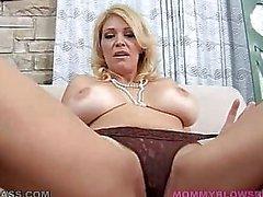 Mamma med enorma naturliga bröst suger kuk POV