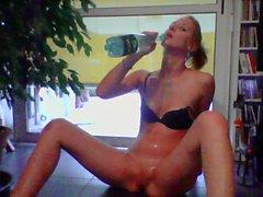 Jeune Francaise excitee s'amuse avec une bouteille