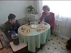 Cena estranha da Rússia Mature x menino gorducho