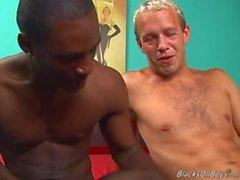 La White Guy divertida y un semental negro colgaban de tener relaciones sexuales