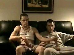 Stud droite regarder des films pornos et obtient sa première Gay Experienc