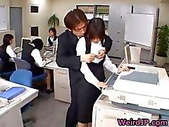 Азиатская милая секретарь Fucked
