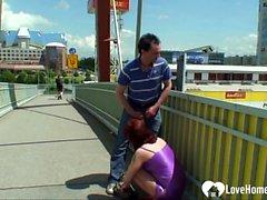 Alte Schlampe wird von ihrem Mann im Freien gefickt