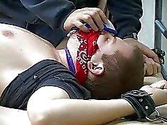 En uppbundna kille med en gag i munnen kommer att bli knullad hårt